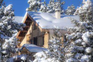 façade du chalet n'est sous la neige